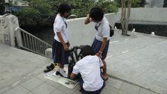 Бангкок, уличные музыканты, школьницы-флейтистки