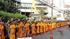 Монахи-буддисты, пилигримы 04.04.2012 Бангкок, Таиланд.