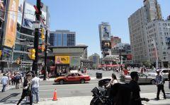 Торонто, toronto, город Yonge Square.jpg