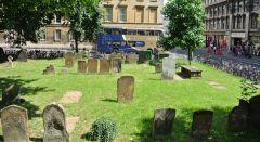 Городское и очень древнее кладбище