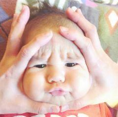 В Японии набирают популярность 'дети–онигири' 赤ちゃんおにぎり. Родители массово размещают фотографии своих детей со сплющенными в форме сердечка личиками.