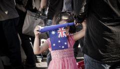 Девочка с флагом Австралии