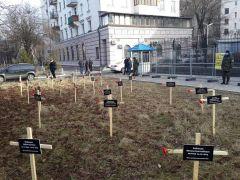 Перед посольством России в Киеве