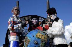 Карикатурная кукла Барака Обамы (слева), Си Цзиньпина и Владимира Путина (справа)