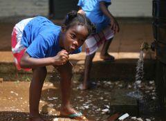 1 сентября, школьники и школьницы в Суринам, Южная Америка