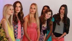 девочки-подростки - финалистки конкурса красоты