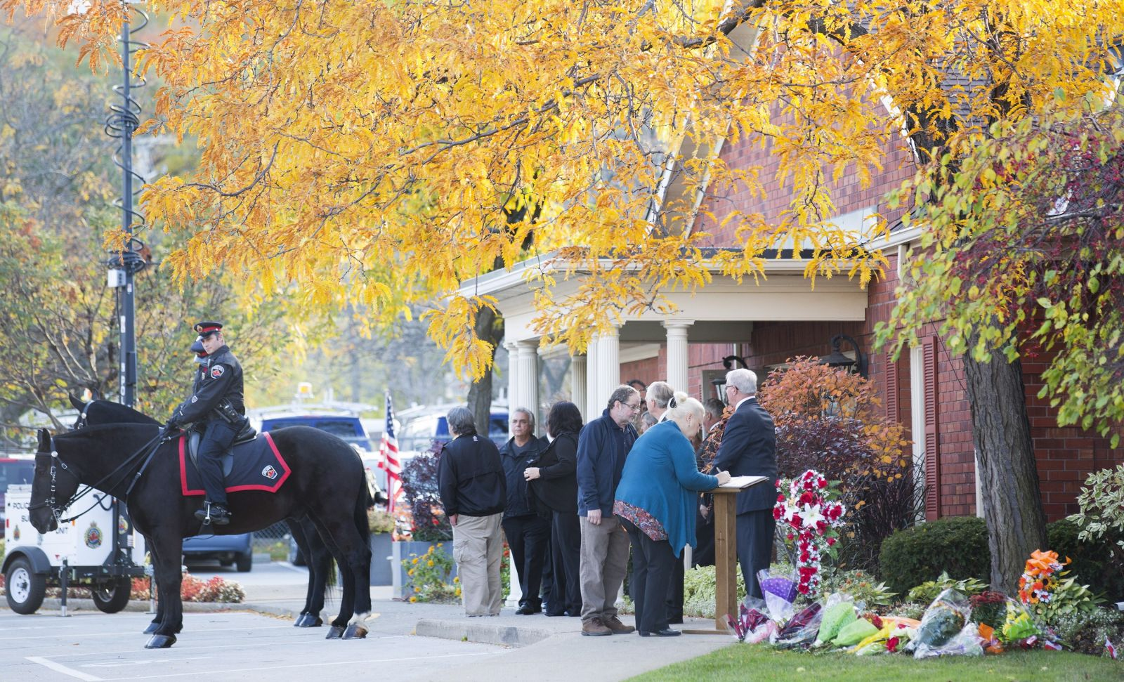 Росперсонал отзывы, Hamilton, ontario, Canada, people sign A book Of condolences outside The Markey Dermody Funeral Home