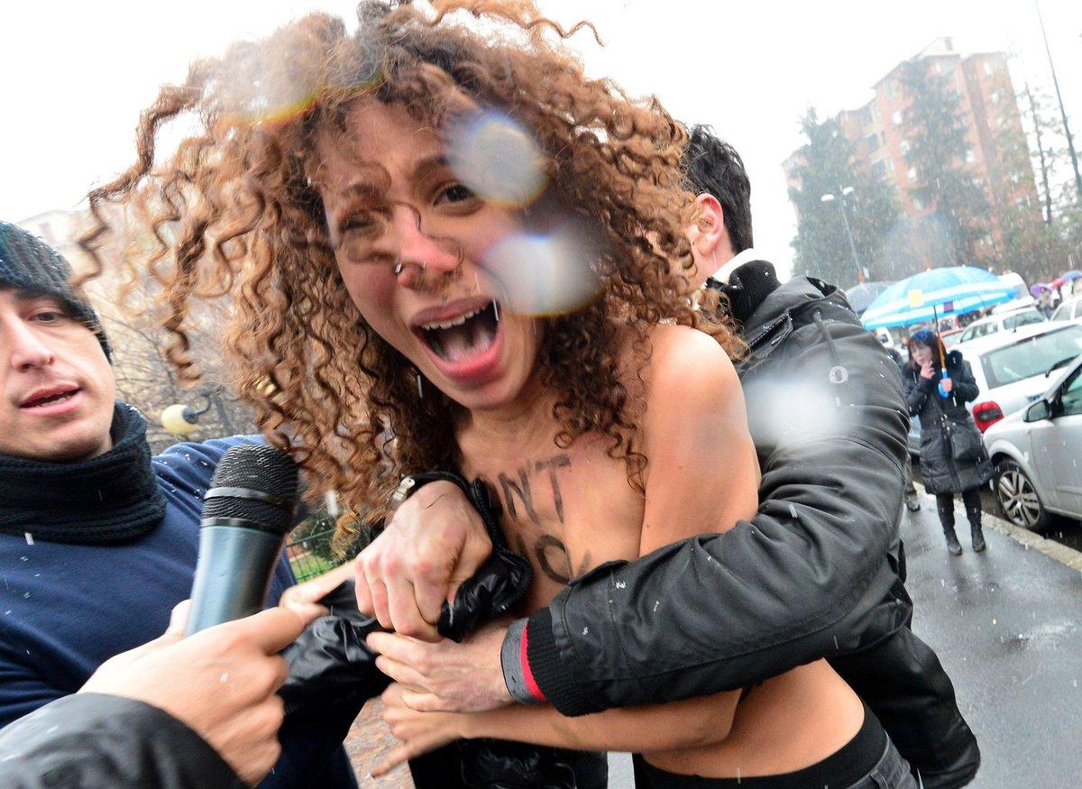 Тунисские активисты поддерживает FEMEN, показывая их груди на интернете
