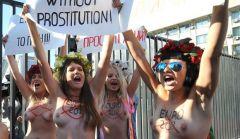 Topløse demonstranter tager imod Platini