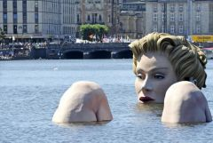 Купающаяся блондинка в Гамбурге