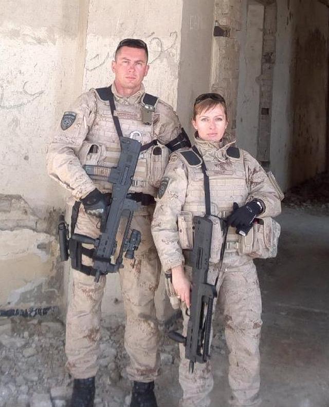 Харватская девушка полицейский обучает афганца