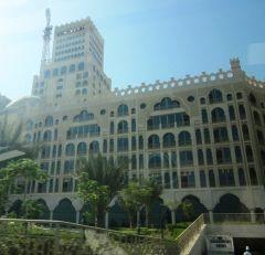 виды Дубайских зданий из окна автомобиля