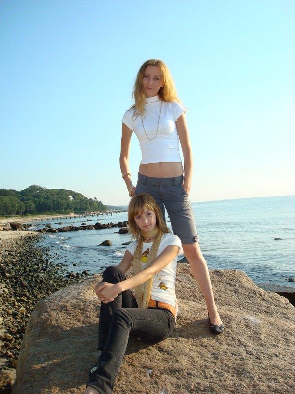 Мы с Машей отдыхаем на теплых камнях