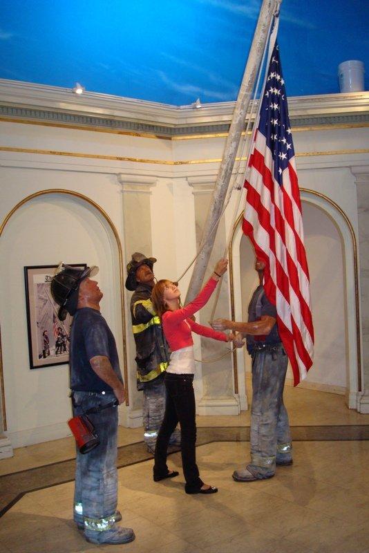 Работники музея Мадам Тюссо и я поднимаем американский флаг