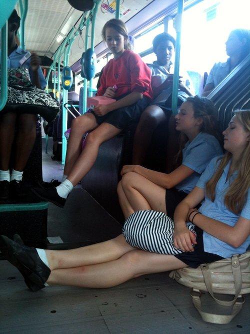 Смотреть трогает женские ноги в автобусе овчарка