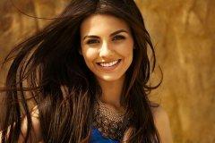 Красивая женщина, которая умеет искренне улыбаться