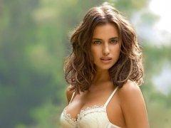 Самая красивая женщина в мире, когда ей говорят о красивых глазах, но взгляд не отводят от груди