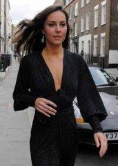 Кейт Мидлтон идет по городу