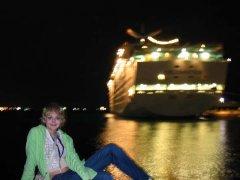 Ночью на фоне круизного лайнера