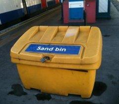 ящик с песком на платформе