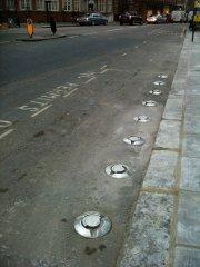 круглые штуки вдоль дороги
