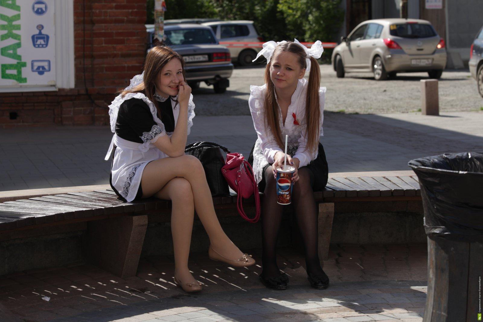 Фото под юбкой учениц, Под юбкой фото - голые девушки и женщины без трусов 20 фотография
