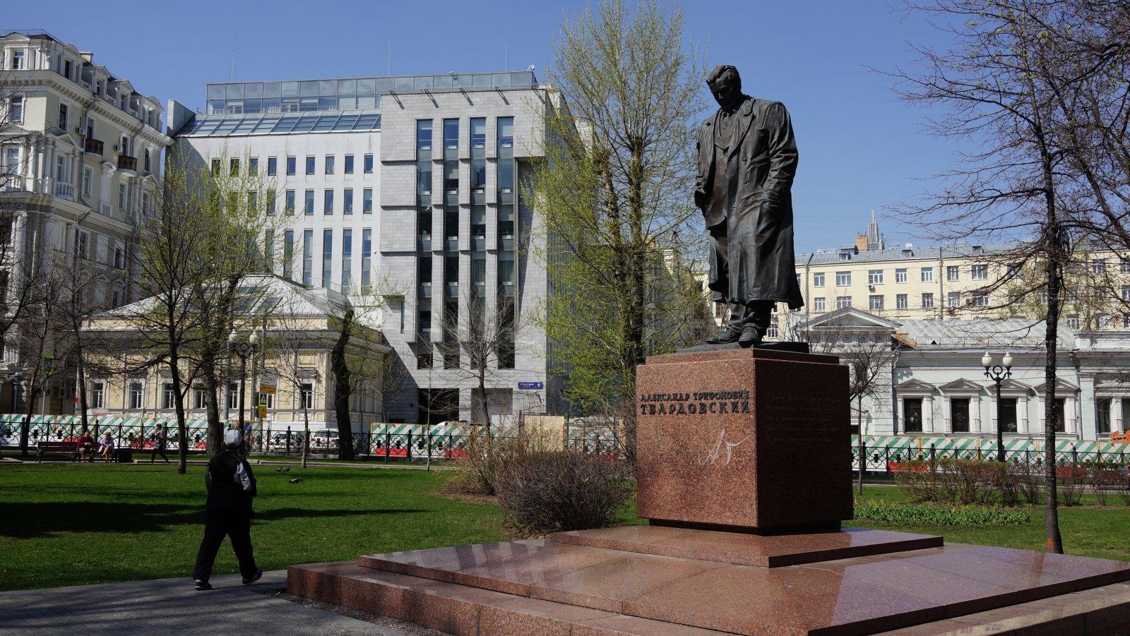 Памятник_Твардовскому_на_Петровском_бульваре,_г._Москва_30_04.2017_г..JPG