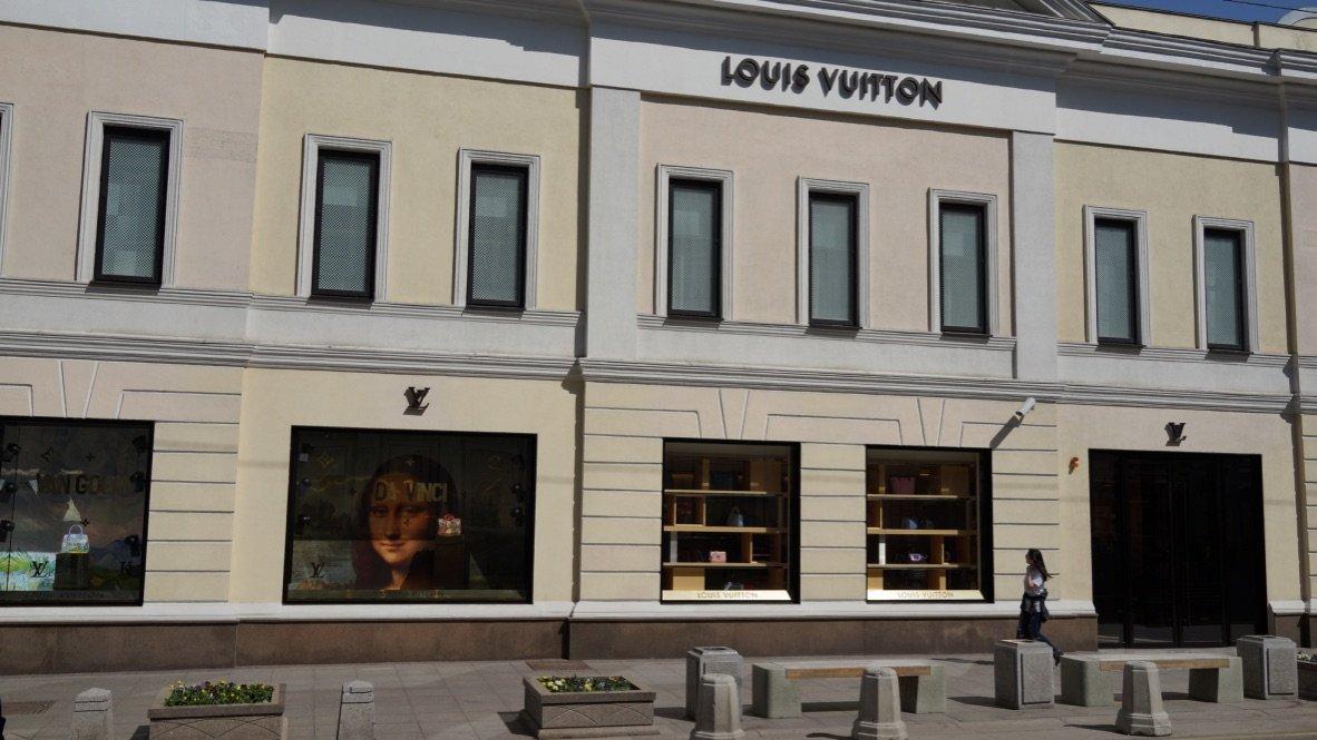 Louis Vuitton - Магазин сумок и чемоданов, магазин одежды с портретом Моны Лизы, Столешников переулок 10:18с3, г. Москва 30.04.2017 г. Росперсонал отзывы.jpg
