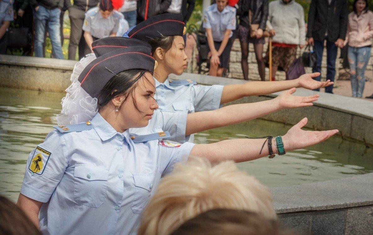 Девочки, школьницы и выпускники, класс милиции.jpg