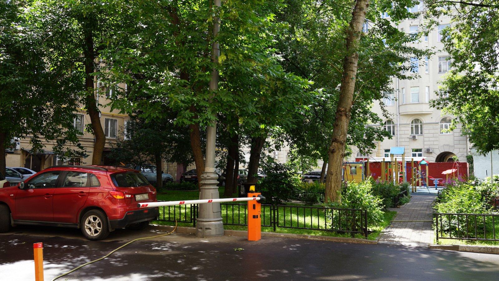 Садовое кольцо - двор жилого здания на Смоленском бульваре 3:5, 23.07.2017 г..JPG