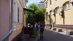 Садовое кольцо, двое рабочих в проезде между домами Новинского бульвара 5с1 и 7, Москва 23.07.2017 г..JPG