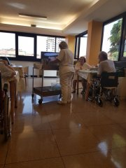 Один день в доме престарелых. Итальянском. Столовая, лежачим еду приносят в палату.jpg