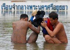 Заключенные в тюрьме Ауттхайя к северу от Бангкока, которая в 2011 году была затоплена в результате тропического шторма 2.jpg