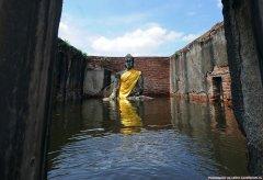 Заключенные в тюрьме Ауттхайя к северу от Бангкока, которая в 2011 году была затоплена в результате тропического шторма.jpg