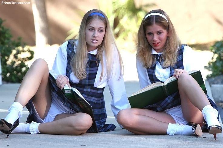 teen-flashing-in-school