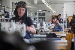 Новый 2019 год - Владивосток, осужденные ИК-10 трудятся за швейной машинкой, отдыхают - в кафе.jpeg