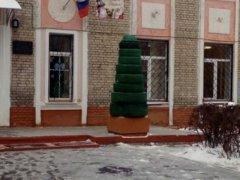 Елка из автомобильных шин стала частью новогоднего украшения Брянска.jpg