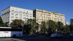Садовое кольцо, жилые здания по улице Земляной Вал, 3:1с6 - справа и 1:4с2 слева,  Москва 11.08.2018 г.JPG