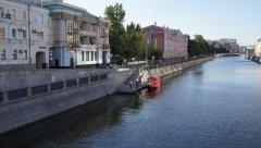 Садовое кольцо, вид на Водопроводный Канал, на Озерковскую набережную и прогулочный катер, с Малого Краснохолмского мости, Москва 11.08.2018 г.JPG.JPG