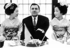 Министр иностранных дел СССР Андрей Громыко с гейшами во время первого посещения Японии, Токио, 1962 год .jpeg