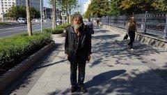 Садовое кольцо, колоритный прохожий на Житной улице у Казанской церкви, Москва 24.08.2018 г..JPG