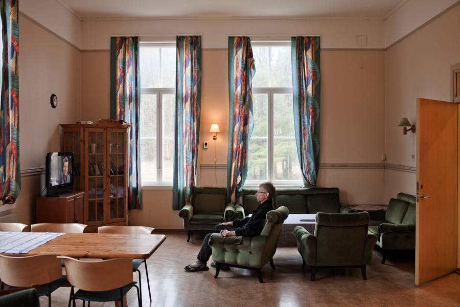 large.large-windows-The-best-prison-bast