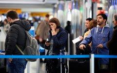 Согласно недавнему социологическому опросу, доля молодежи, желающей уехать из России, достигла рекордно высокого уровня.jpg