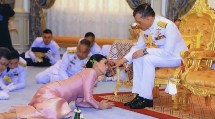 large.Thai-King-with-20-concubines-in-th