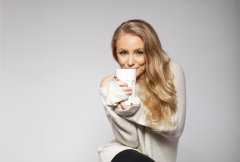 cute-and-beautiful-young-woman-getting-warm-with-a-hot-cup-of-tea-or-coffee-shot-on-grey-background-blond-model-with-perfect-skin_HTWtNIVYg-1-1024x688.jpg