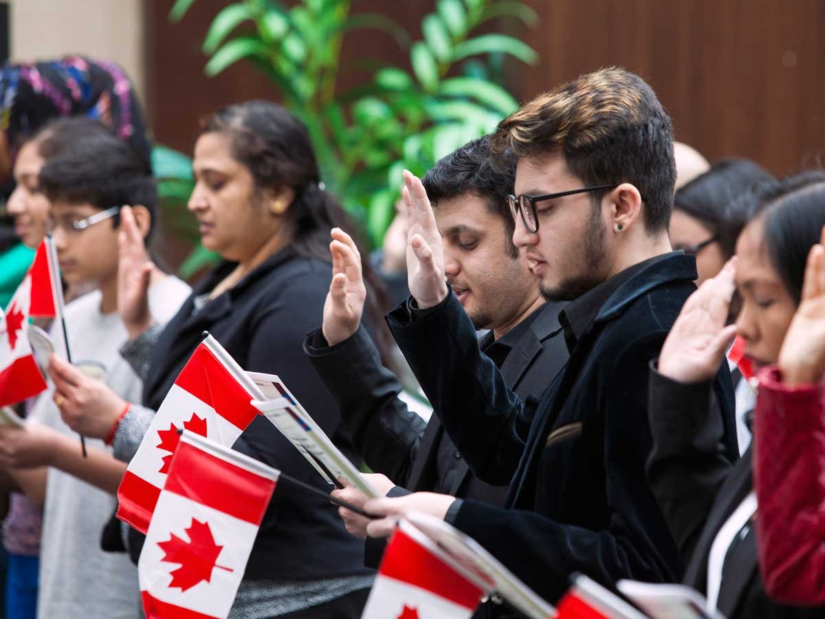 large.taking-oath_How_Canadian_citizensh